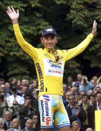 Tour de France winner Marco Pantani of Italy raises his arms on the victory podium following the 147.5km 21st and final stage of the Tour de France cycling race on the famous Parisian avenue Champs-Elysees in this August 2, 1998 file photo.  REUTERS/Paul Hanna/Files