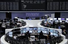 La plupart des Bourses européennes confirmaient leur tendance haussière lundi en milieu de journée. Vers 12h30, le CAC 40 gagne 0,78% à Paris, le FTSE prend 0,49% à Londres et le Dax progresse de 0,29% à Francfort. /Photo prise le 4 août 2014/REUTERS/Amanda Andersen/Remote
