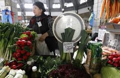 Женщина продает овощи и зелень на рынке в Санкт-Петербурге 5 апреля 2012 года.  Потребительские цены в РФ в июле 2014 года выросли на 0,5 процента к предыдущему месяцу и на 7,5 процента - к аналогичному периоду 2013 года, сообщил Росстат. REUTERS/Alexander Demianchuk
