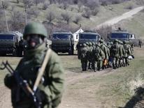 Вооруженные люди, предположительно российские солдаты, у военной базы в Перевальном 21 марта 2014 года. Германия аннулировала сделку с РФ, в рамках которой Rheinmetall обещал поставить российской армии тренировочный центр, сообщило немецкое Минэкономики, шагнувшее дальше введённых ЕС санкций, которые касаются лишь будущих военных контрактов. REUTERS/Shamil Zhumatov