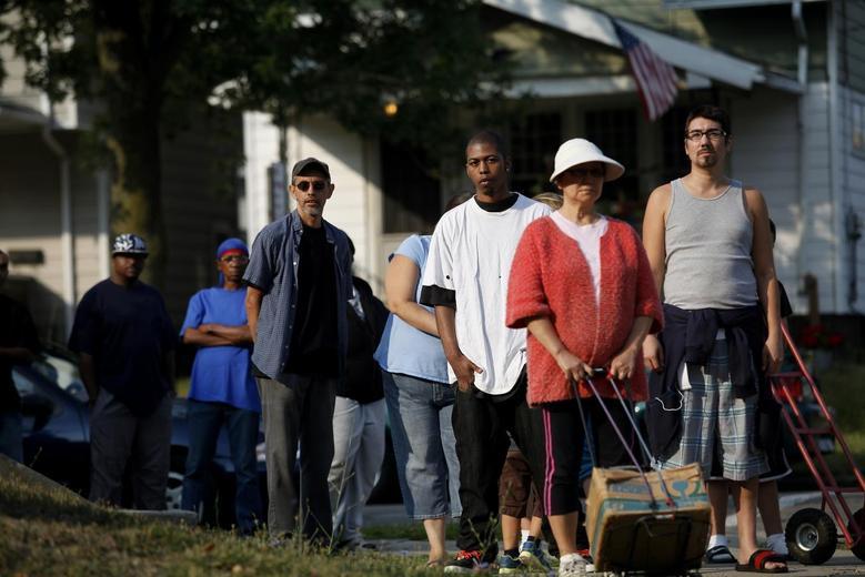 Local residents wait in line to receive drinking water outside Waite High School in Toledo, Ohio August 3, 2014.  REUTERS/Joshua Lott