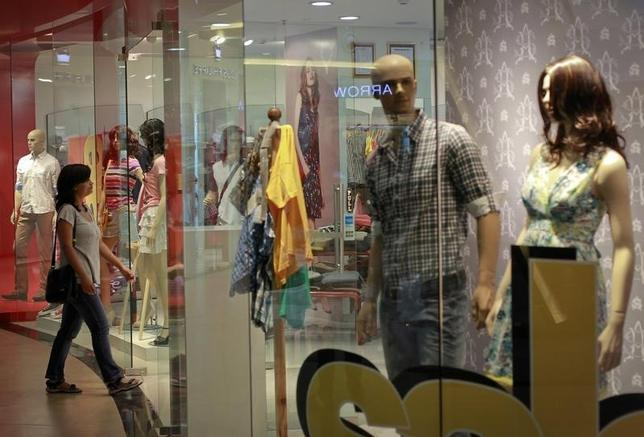 A woman enters a retail store inside a shopping mall in Mumbai July 14, 2012. REUTERS/Danish Siddiqui/Files