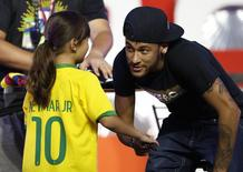 Neymar cumprimenta menina japonesa em Tóquio. 31/07/2014 REUTERS/Yuya Shino