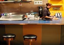 Imagen de archivo dee una mesera en el mostrador del restaurante AS220 en Providence, EEUU, nov 17 2009. La actividad del sector servicios de Estados Unidos marcó el mes pasado un máximo en ocho años y medio, mientras que los pedidos a las fábricas aumentaron en junio, apuntalando las expectativas de un sólido crecimiento económico en el tercer trimestre.   REUTERS/Brian Snyder