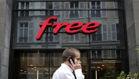 Iliad, la maison mère de Free, discute avec des investisseurs afin d'améliorer son offre sur T-Mobile US parce qu'il pense que la société mère de ce dernier, l'opérateur allemand Deutsche Telekom, rejettera son offre de 15 milliards de dollars (11,2 milliards d'euros), selon trois sources proches du dossier. /Photo prise le 1er août 2014/REUTERS/Christian Hartmann