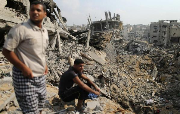 Palestinians look at destroyed houses after returning to the Shejaia neighbourhood, which witnesses said was heavily hit by Israeli shelling and air strikes during the Israeli offensive, in the east of Gaza City August 5, 2014. REUTERS-Mohammed Salem