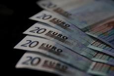 Банкноты евро в Зенице 26 апреля 2014 года. Евро упал до девятимесячного минимума в среду после выхода данных о резком снижении промышленных заказов в Германии. REUTERS/Dado Ruvic