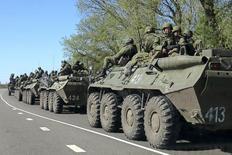 Российская военная бронетехника под Белгородом 25 апреля 2014 года. Россия сосредоточила около 20.000 военнослужащих на границе с Украиной и могла бы вторгнуться в соседнюю страну под предлогом гуманитарной миссии, сообщило в среду НАТО. REUTERS/Alexander Mikhailov