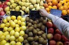 La Russie va répondre aux nouvelles sanctions occidentales en interdisant les importations de tous les produits agricoles américains et des fruits et légumes de l'Union européenne, rapporte mercredi l'agence de presse Ria Novosti en citant les autorités sanitaires russes. /Photo d'archives/REUTERS/Tony Gentile
