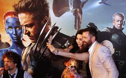Première à Singapour du film  X-Men: Days Of Future Past. Twenty-First Century Fox, le groupe de médias et de divertissement contrôlé par Rupert Murdoch, a fait part mercredi d'un chiffre d'affaires et d'un bénéfice supérieurs aux attentes des analystes, soutenus notamment par les entrées du dernier volet de la série X-Men. Fox, qui a annoncé mardi le retrait de son offre sur Time Warner, a dit que son chiffre d'affaires avait augmenté de 16,8% à 8,42 milliards de dollars au cours des trois mois au 30 juin.  /Photo prise le 14 mai 2014/REUTERS/Edgar Su