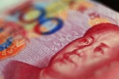 Изображение Мао Цзэдуна на банкноте 100 юаней в Пекине 12 мая 2013 года. Китай негласно откладывает на более поздний срок превращение юаня в свободно конвертируемую валюту, говорят инсайдеры, поскольку власти боятся, что слишком быстрая отмена контроля за капиталом может высвободить спекулятивные потоки, что усложнит реформирование экономики. REUTERS/Petar Kujundzic