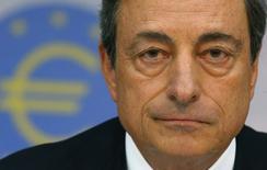 El presidente del BCE, Mario Draghi, en la rueda de prensa mensual del organismo en Fráncfort, ago 7 2014. La crisis en Ucrania ha intensificado los riesgos para la débil y dispar recuperación de la zona euro y una guerra de sanciones entre Rusia y occidente podría empeorar el problema, dijo el jueves el Banco Central Europeo (BCE), que mantuvo las tasas de interés en mínimos históricos.    REUTERS/Ralph Orlowski