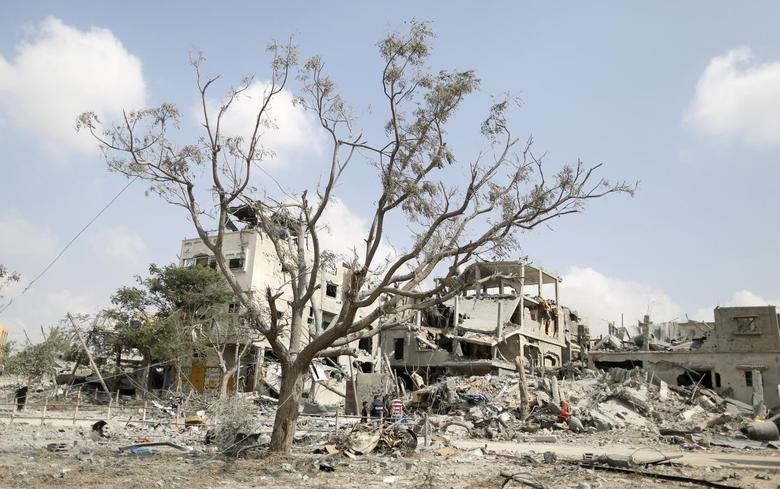 The ruins of destroyed houses are seen in Beit Hanoun town, which witnesses said was heavily hit by Israeli shelling and air strikes during Israeli offensive, in the northern Gaza Strip August 5, 2014.  REUTERS/Suhaib Salem