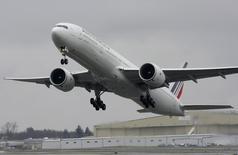 La menace de la Russie d'interdire le survol de la Sibérie pèse sur les titres des compagnies aériennes européennes, dont Air France-KLM. La compagnie recule de 2,1% vers 13h30, quand le CAC 40 perd 0,09%. /Photo d'archives/REUTERS/Marcus R Donner