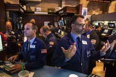 La Bourse de New York a débuté dans le vert vendredi, les investisseurs voulant visiblement croître à un reflux des tensions liées à la crise en Ukraine. Une dizaine de minutes après le début des échanges, le Dow Jones gagnait 0,13% à 16.390,30 points. /Photo prise le 6 août 2014/REUTERS/Lucas Jackson
