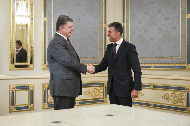 Ukraine's President Petro Poroshenko (L) greets NATO Secretary General Anders Fogh Rasmussen during their meeting in Kiev, August 7, 2014. REUTERS/Mikhail Palinchak/Ukrainian Presidential Press Service/Handout via Reuters