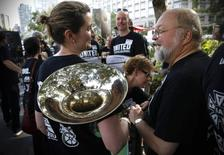 Union orchestra musicians and chorus members of New York's Metropolitan Opera gather at a rally near Lincoln Center in New York City, August 1, 2014. REUTERS/Mike Segar