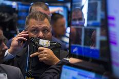 Unos operadores en la bolsa de Wall Street en Nueva York, ago 11 2014. Las acciones cerraron en alza el lunes en la Bolsa de Nueva York, por segunda sesión consecutiva, porque los inversores se enfocaron en las expectativas de un relajamiento del conflicto entre Ucrania y Rusia. REUTERS/Lucas Jackson