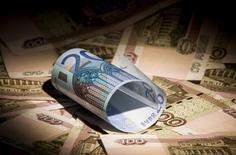 Банкноты российского рубля и евро в Москве 17 февраля 2014 года. Рубль подешевел утром вторника за счет смещения баланса денежных потоков в сторону покупки валюты. REUTERS/Maxim Shemetov