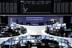 Operadores em suas mesas na bolsa de Frankfurt. REUTERS/Remote