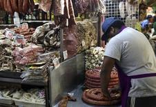 A decisão da Rússia de aumentar as importações de carnes do Brasil para compensar um embargo a outros países vai contribuir para uma alta nos preços da carne suína e de frango no país, mas terá impacto mais limitado sobre a área de bovinos, apontaram analistas e representantes do setor. REUTERS/Stefano Rellandini