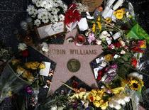 Flores foram deixadas na estrela de Robin Williams na Calçada da Fama, em Hollywood, Los Angeles. 12/8/2014  REUTERS/Lucy Nicholson