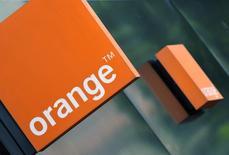 Le titre Orange (+1,64%) enregistre la plus forte progression des valeurs du CAC 40 à la mi-séance, poursuivant son rebond initié lundi, dans un marché en hausse à la mi-journée (+0,49% à 12h08). /Photo d'archives/REUTERS/Toby Melville