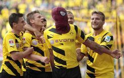 Aubameyang (com máscara de homem-aranha) comemora gol do Borussia Dortmund sobre o Bayern de Munique.   REUTERS/Ina Fassbender