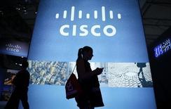 Cisco Systems fait état mercredi de résultats trimestriels supérieurs aux attentes avec un bénéfice net à 2,8 milliards de dollars, la transition de l'équipementier réseaux vers une nouvelle génération de commutateurs et de routeurs IP semblant porter ses fruits. /Photo prise le 27 février 2014/REUTERS/Albert Gea