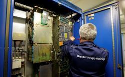 Le conglomérat allemand ThyssenKrupp, qui pourrait bien enregistrer sur l'exercice 2013-2014 son premier bénéfice net en trois ans, relève ses objectifs pour la deuxième fois. /Photo d'archives/REUTERS/Tobias Schwarz