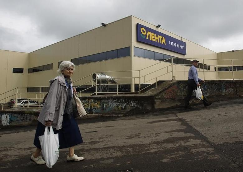 Shoppers walk past a Lenta supermarket in Moscow May 29, 2013.  REUTERS/Maxim Shemetov
