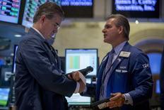 En la imagen, operadores en la Bolsa de Nueva York, el 12 de agosto de 2014. Las acciones estadounidenses abrieron estables el jueves luego de que los inversores no vieran razones de peso para seguir comprando activos tras la fuerte alza registrada en la sesión anterior, en medio de las señales de debilidad económica en Europa y la incertidumbre en torno a la crisis de Ucrania. REUTERS/Brendan