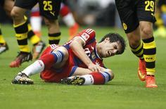 Javier Martínez, do Bayern de Munique, sofre lesão no joelho em partida da Supercopa da Alemanha. 13/08/2014 REUTERS/Ina Fassbender