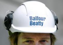 Le groupe britannique de BTP Balfour Beatty a réaffirmé vendredi rejeter une deuxième proposition de son concurrent Carillion en vue d'une fusion, détaillant ses doutes quant aux synergies qui pourraient résulter d'un tel rapprochement. /Photo d'archives/REUTERS/Luke MacGregor