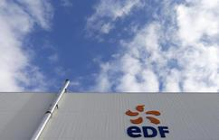 EDF, en hausse de 2,31% à la mi-séance à la Bourse de Paris, signe la plus forte progression de l'indice CAC 40, RBC Capital Markets et MainFirst Bank considérant que les annonces à venir sur les tarifs de l'électricité devraient permettre de restaurer la confiance dans le producteur d'énergie. L'indice vedette parisien gagne de son côté 0,7% à 4.234,83 points à 12h25. /Photo d'archives/REUTERS/Vincent Kessler