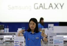 A Samsung Electronics vai adquirir a SmartThings, uma startup apoiada pelo cofundador do PayPal, Max Levchin, que ajuda a conectar dispositivos domésticos, uma de suas maiores aquisições de startups nos Estados Unidos até hoje. 29/07/2014   REUTERS/Kim Hong-Ji