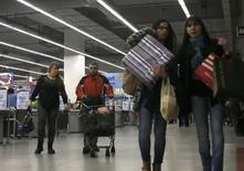 Unas personas realizando compras en un centro comercial en Buenos Aires, ago 1 2014. Los precios minoristas de Argentina subieron un 1,4 por ciento en julio tras un alza del 1,3 por ciento el mes previo, informó el viernes el ente oficial de estadística Indec, en un resultado que revierte la tendencia a la desaceleración de la inflación mostrada en los últimos meses. REUTERS/Enrique Marcarian