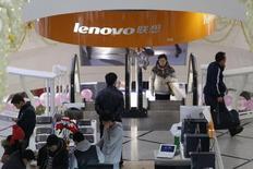 IBM a annoncé vendredi que son projet de vendre ses serveurs d'entrée de gamme à Lenovo pour 2,3 milliards de dollars avait reçu l'accord des autorités américaines de régulation. /Photo d'archives/REUTERS/Aly Song