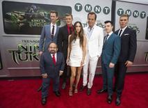 """En la imagen, los protagonistas de la cinta """"Teenage Mutant Ninja Turtles"""" posan durante el estreno de la película en Los Angeles, California. 3 agosto, 2014. """"Teenage Mutant Ninja Turtles"""", la película más popular de la semana pasada, lideró nuevamente la taquilla de Estados Unidos y Canadá tras recaudar 28,4 millones de dólares, superando al éxito espacial de """"Guardians of the Galaxy"""". REUTERS/Mario Anzuoni"""