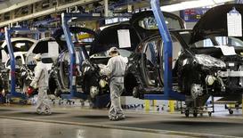 Renault, PSA, et plus largement le secteur automobiles sont à suivre à la Bourse de Paris, après la publication d'un article du quotidien Vedomosti selon lequel Moscou pourrait inclure les importations automobiles dans l'embargo imposé à certains produits occidentaux si les Etats-Unis et l'Union européenne durcissent leurs sanctions contre la Russie. /Photo d'archives/REUTERS/Gonzalo Fuentes