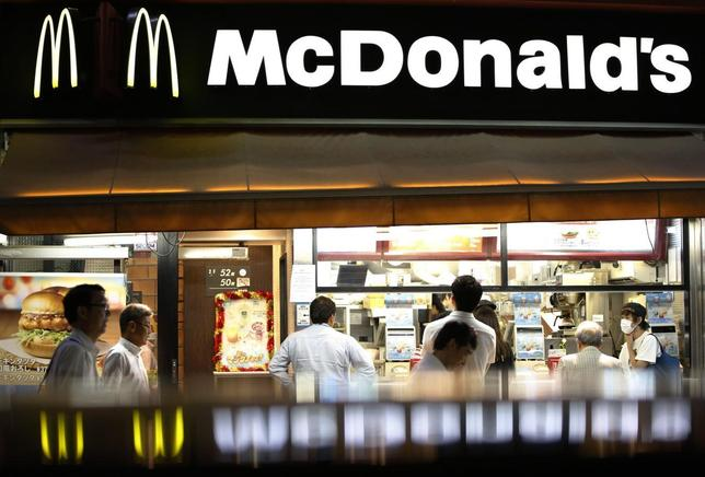 Passersby walk past a McDonald's store in Tokyo July 31, 2014.  REUTERS/Issei Kato