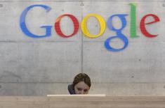 Google est à suivre lundi à la Bourse de New York. Le géant de l'internet a conclu le rachat de JetPac, une start-up spécialisée dans le développement d'applications pour les réseaux sociaux. /Photo d'archives/REUTERS/Christian Hartmann