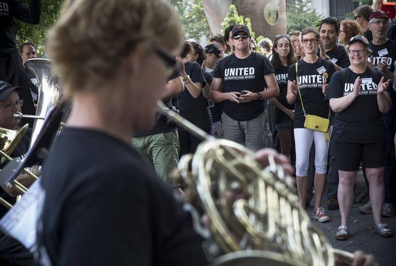 Union orchestra musicians of New York's Metropolitan Opera perform as they attend a rally with chorus members and others near Lincoln Center in New York City, August 1, 2014. REUTERS/Mike Segar