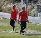 Goleiros do Real Madrid Iker Casillas (direita) e Keylor Navas durante treinamento nos arredores de Madri. 05/08/2014. REUTERS/Juan Medina