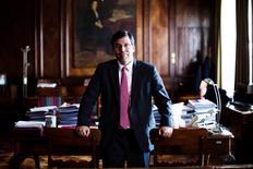El ministro de Hacienda de Chile, Alberto Arenas, posa para una fotografía durante una entrevista con Reuters en Santiago. 28 mayo, 2014. El presupuesto de Chile del 2015 tendrá un fuerte énfasis en inversión pública para dinamizar una deprimida actividad doméstica, dijo el Gobierno, luego de divulgarse que la economía creció en el segundo trimestre a su menor ritmo en cinco años. REUTERS/Pablo Sanhueza