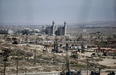 Станки-качалки на месторождении Midway Sunset в Калифорнии 29 апреля 2013 года. Цена нефти Brent растет, но остается вблизи достигнутого в понедельник 14-месячного минимума из-за вялого спроса и ослабления опасений перебоев в поставках. REUTERS/Lucy Nicholson