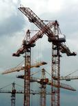 Строительные краны в Москве 25 июня 2003 года. Израильский девелопер, строящий в РФ, AFI Development получил во II квартале 2014 года чистый убыток $20,5 миллиона из-за укрепления рубля, сообщила компания во вторник. RTXM31W