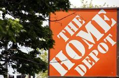 Вывеска Home Depot в Эванстоне, Иллинойс 19 мая 2014 года. Крупнейшая в мире сеть магазинов товаров для дома - Home Depot Inc увеличила сопоставимые продажи за второй квартал на превзошедшие ожидания 5,8 процента, поскольку покупатели повысили расходы после суровой зимы в Северной Америке. REUTERS/Jim Young