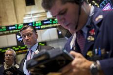 En la imagen, operadores en la Bolsa de Nueva York el 18 de agosto de 2014. Las acciones subían el martes en la bolsa de Nueva York, tras conocerse sólidos resultados trimestrales de Home Depot y alentadores datos de inflación y del mercado de viviendas. REUTERS/Brendan McDermid