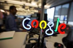 El logo de Google en un anuncio de neón en sus oficinas de Toronto, nov 13 2012. Google está considerando permitir la creación de cuentas en internet para niños menores de 13 años, que entregan a los padres el control sobre la forma en que se usa el servicio, según varias informaciones de medios.       REUTERS/Mark Blinch